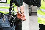 Задержанный полицией Литвы в наручниках, архивное фото