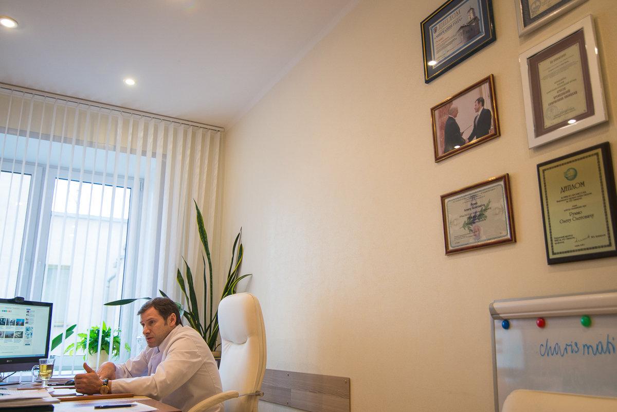 В кабинете у Олега Руммо тоже есть фото с президентом