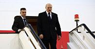 Лукашенко на трапе самолета, архивное фото