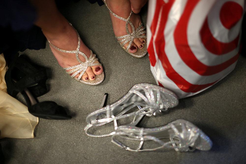 ВЛос-Анджелесе бездомным девушкам подарили платья итуфли для выпускного