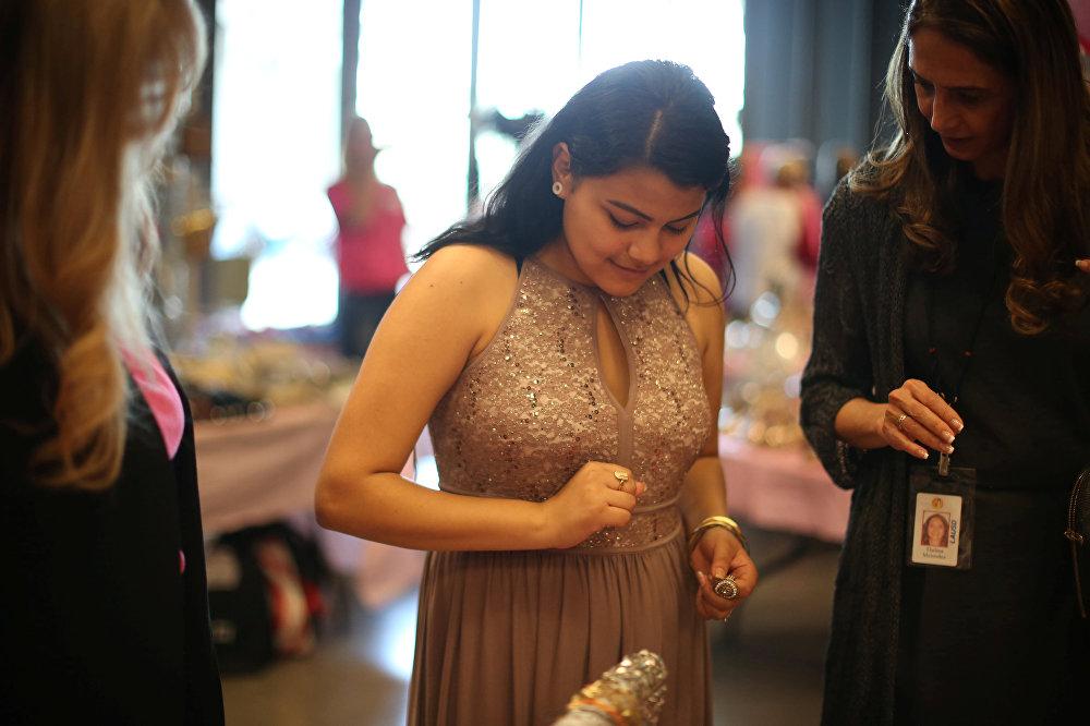 Бездомным девушкам вСША подарили платья итуфли навыпускной