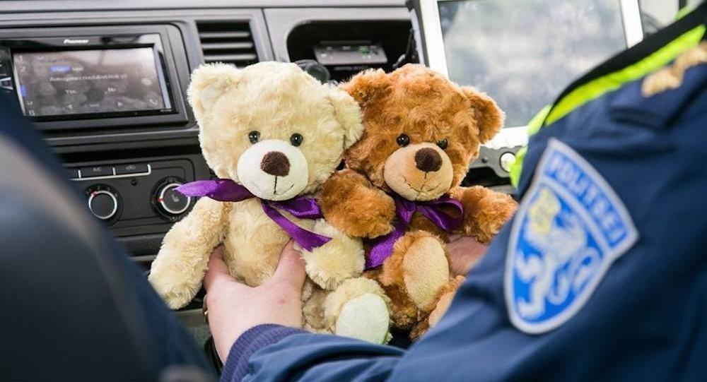 Влюбой полицейской машине Эстонии появится плюшевый мишка-обнимашка