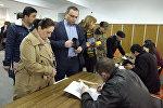 Работа избирательного участка на парламентских выборах в Армении