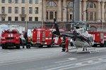 Сотрудники пожарной службы МЧС РФ и санитарной авиации у станции метро Технологический институт в Санкт-Петербурге, где произошел взрыв.