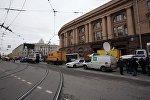 Сотрудники полиции у станции метро Технологический институт в Санкт-Петербурге, где произошел взрыв.