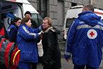 Медики оказывают помощь пострадавшим в метро Санкт-Петербурга