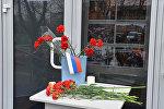 В Гомеле у входа в Росцентр науки и культуры образовался мемориал жертвам взрыва в метро Санкт-Петербурга