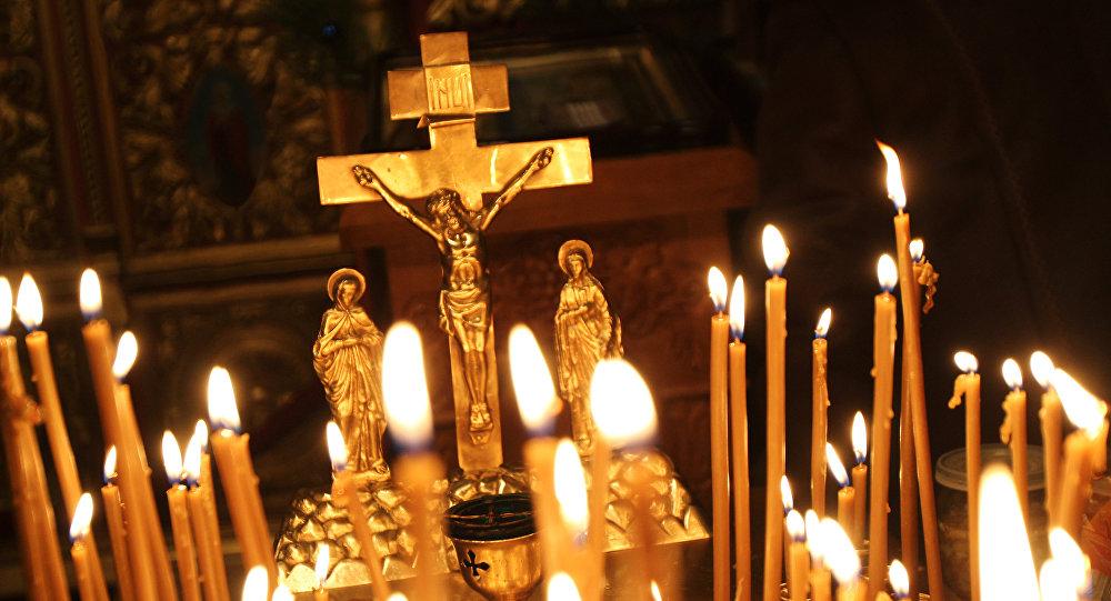 Лукашенко впраздник Пасхи зажег свечу вхраме Преображения Господня