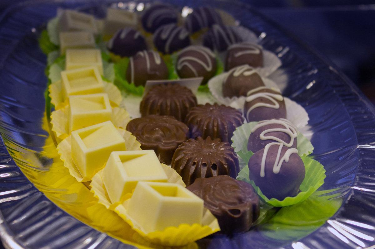 К шоколаду добавляют имбирь, кардамон, гвоздику, крапиву, свеклу, соль