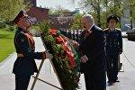 Президент Республики Беларусь Александр Лукашенко на церемонии возложения цветов к Могиле Неизвестного солдата у Кремлёвской стены