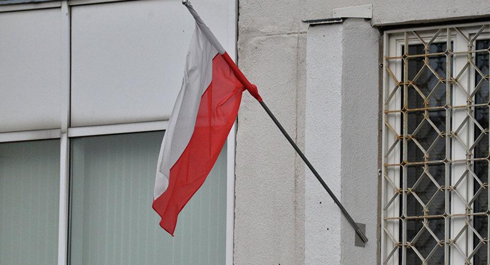 Польскі сцяг на будынку Амбасады Польшчы ў Мінску
