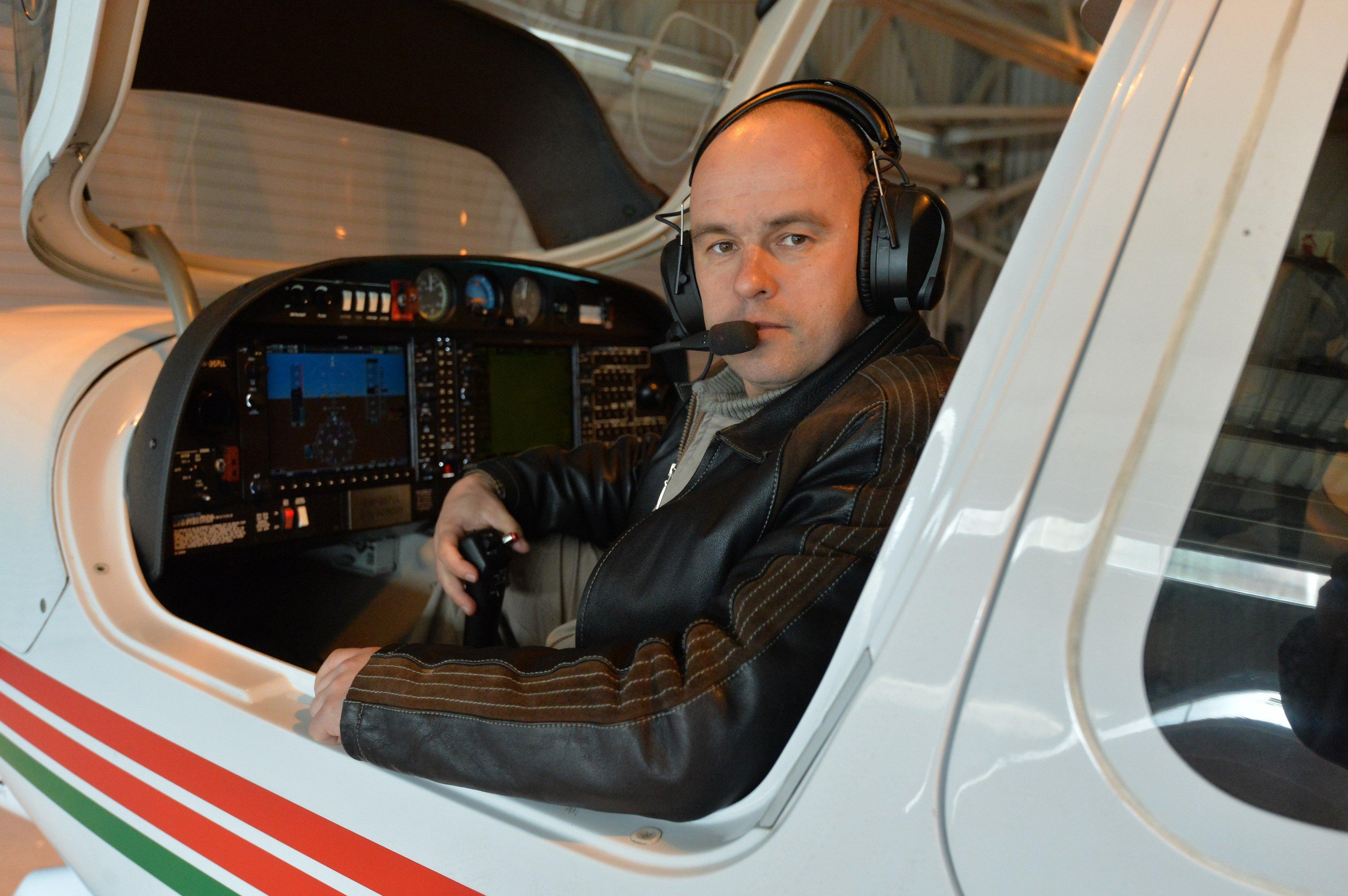 Командир летного отряда Денис Кочегин уверен - опытный пилот не должен терять контроля, даже если откажет двигатель