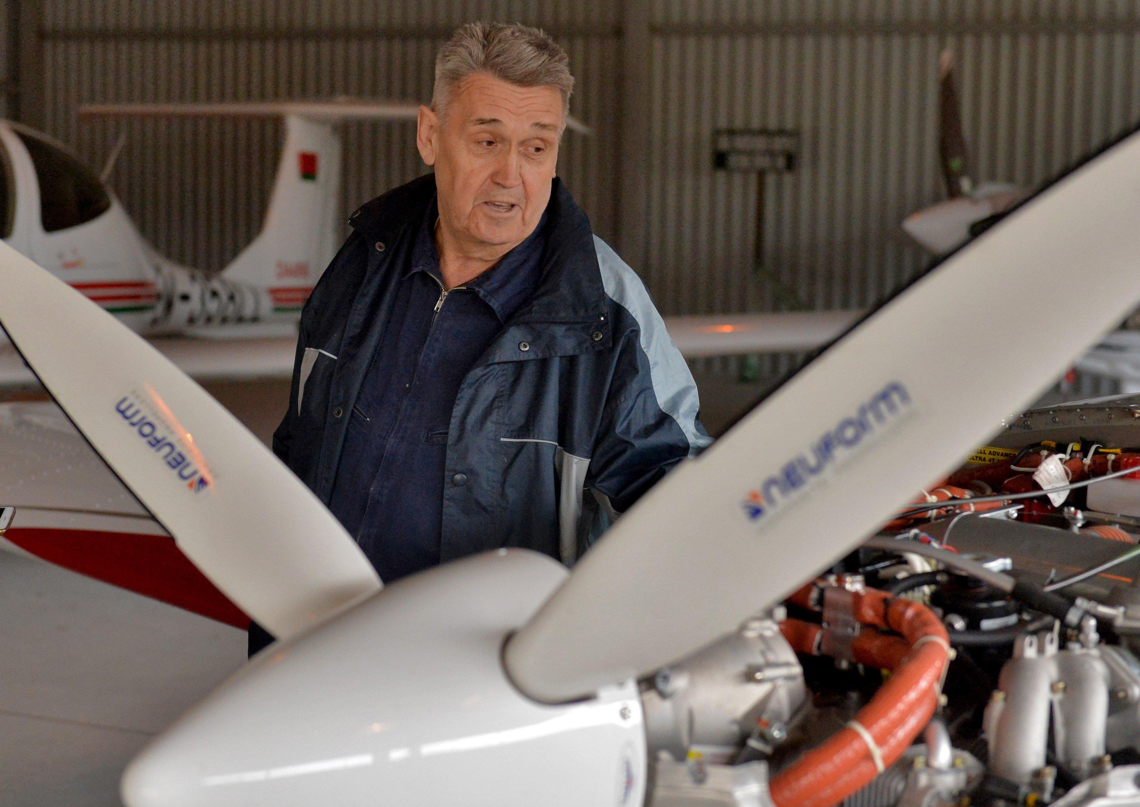 Александр Старцев считает, что запах мотора самолета просто волшебный