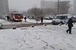 Машина МЧС и полиции на месте происшествия в Санкт-Петербурге