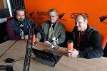Ведущие радио Sputnik Беларусь Александр Кривошеев и Вячеслав Шарапов и политический эксперт Павел Потапейко