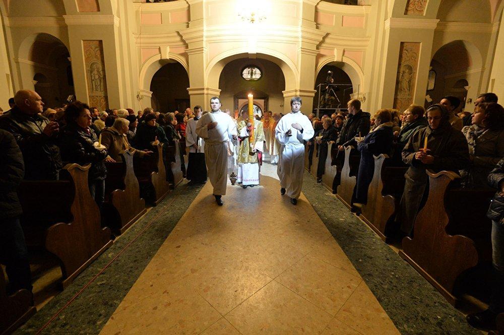 Працэсія ўносіць у храм жыватворны агонь падчас Велікоднага набажэнства.