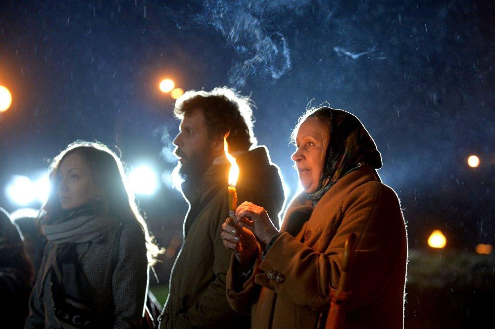 Праваслаўныя вернікі ў ноч на нядзелю прынялі ўдзел у Хросным ходзе падчас Велікоднага набажэнства ў мінскім Свята-Духавым Кафедральным саборы.