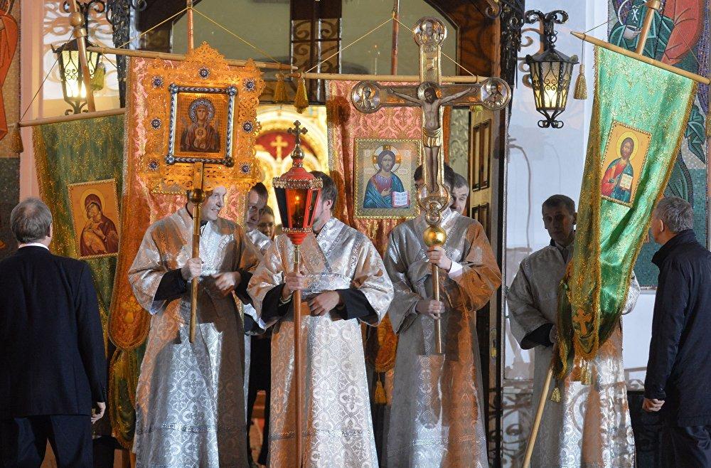 Святары рыхтуюцца да Хроснага ходу падчас Велікоднага набажэнства ў мінскім Свята-Духавым Кафедральным саборы.