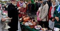 Настоятель Свято-Феодоровского собора в Пинске (Брестская область) протоирей Михаил освящает пасхальные яйца и куличи в Великую Субботу накануне Пасхи.
