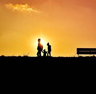 Семья на вечерней прогулке