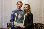 Анна и Антон Сыч с портретом своего прадеда Василия Горбачева