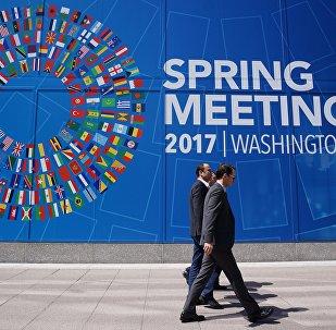 Вывеска МВФ накануне начала весенней сессии Совета управляющих МВФ