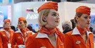 Девушки в форме стюардесс компании Аэрофлот