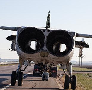Су-24М вязуць па шашы
