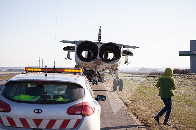 Су-24М ждет машину ГАИ для сопровождения в Поставы