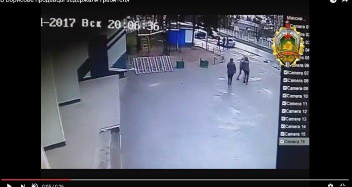 Видеофакт: кассиры магазина в Борисове догнали похитителя водки