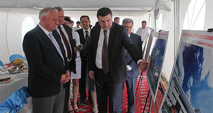 Председатель совета директоров холдинга Yaraw Эрнест Алексеев на встрече с премьер-министром Беларуси Михаилом Мясниковичем в июне 2014 года
