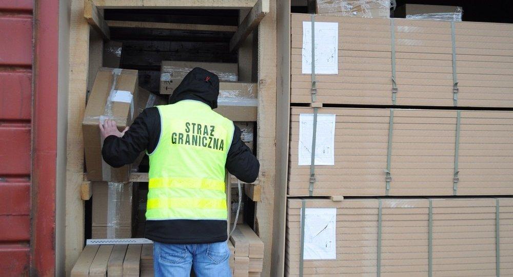 Польские пограничники нашли контрабанду сигарет среди мебельных плит