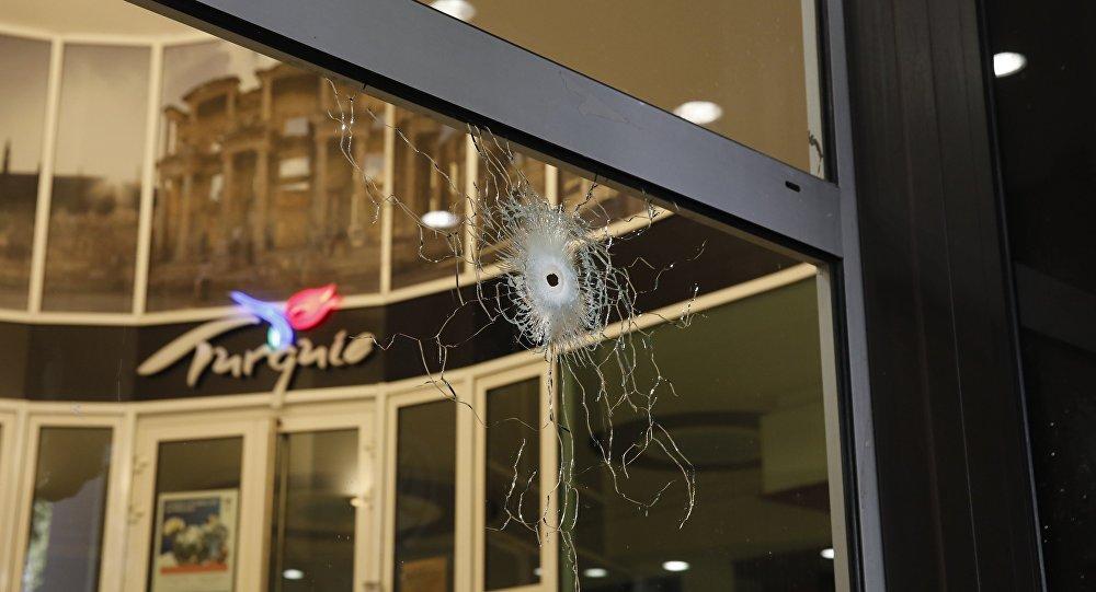 Поврежденное окно на Елисейских Полях после перестрелки в Париже