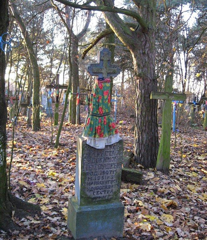 Крыжы з фартушкамі і стужкамі на могілках у вёсцы Цераблічы