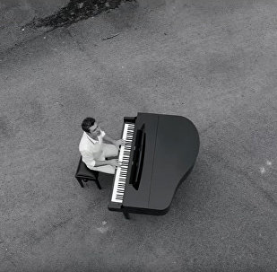 Пианист Евгений Хмара исполняет композицию Nocturne в городе-призраке Припяти