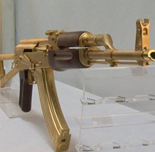В одном из оружейных магазинов Техаса показали золотой автомат Калашникова