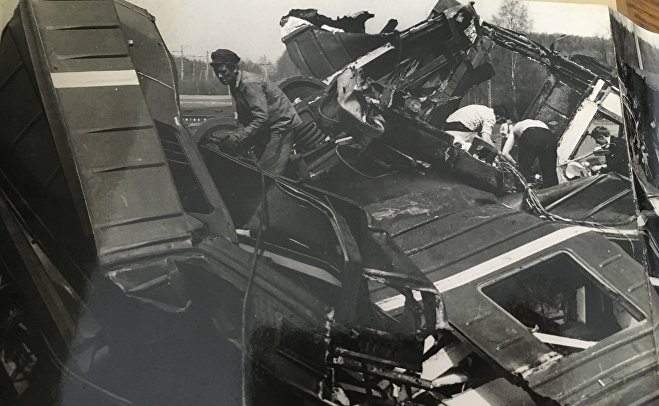 Разборка разбитых вагонов электропоезда