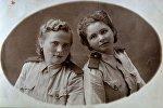 Мама Валентина Елизарьева (слева) во время службы в армии