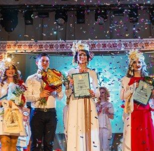 Пераможца конкурсу Гарадзенская беларусачка Анастасія Трафімчык (у цэнтры)