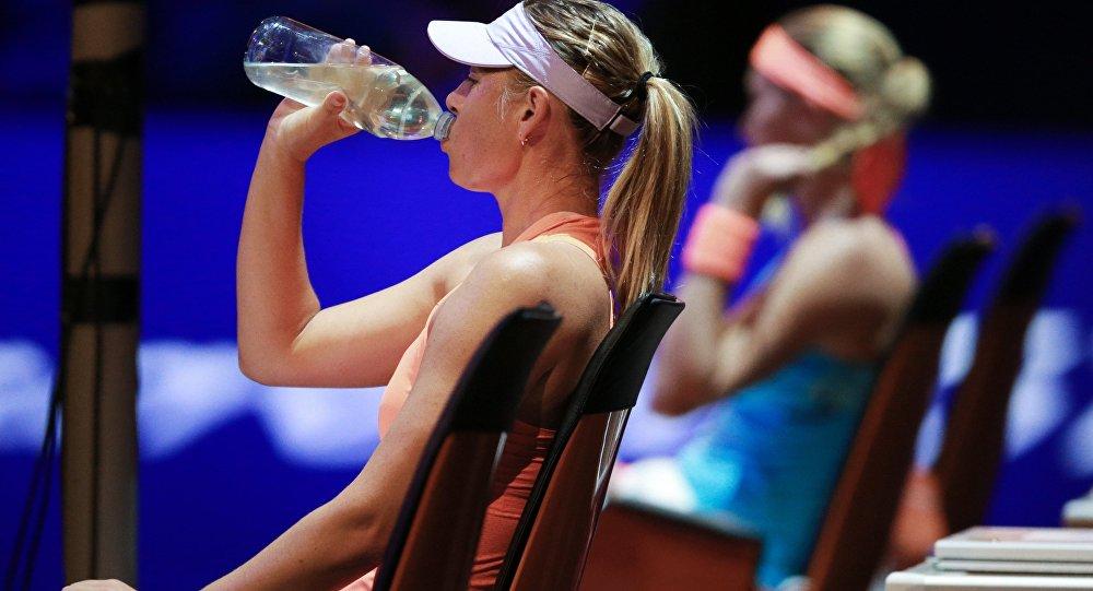 Слева Мария Шарапова в полуфинальном матче одиночной встречи против Кристины Младенович