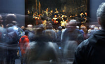 Наведвальнікі ў карціны Рэмбрандта Начны дазор на выставе Дзяржаўнага музея Рэйксмузеум у Амстэрдаме