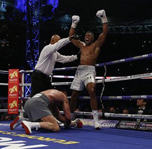 Британский боксер Энтони Джошуа на лондонском стадионе Уэмбли победил украинца Владимира Кличко