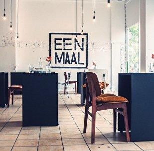Ресторан для одиноких посетителей в Амстердаме
