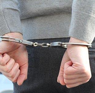 Подозреваемый в наручниках, архивное фото