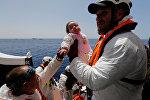 Спасатели с мигрантами в Средиземном море