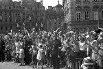 Жители Праги встречают советских воинов-освободителей