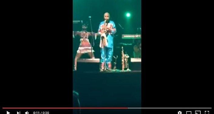 Музыкант из Нигерии 46 минут беспрерывно дул в саксофон