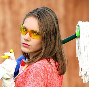 Уборщица, оказывающая клининговые услуги
