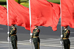 Солдаты почетного караула Китая во время церемонии встречи лидеров в Пекине