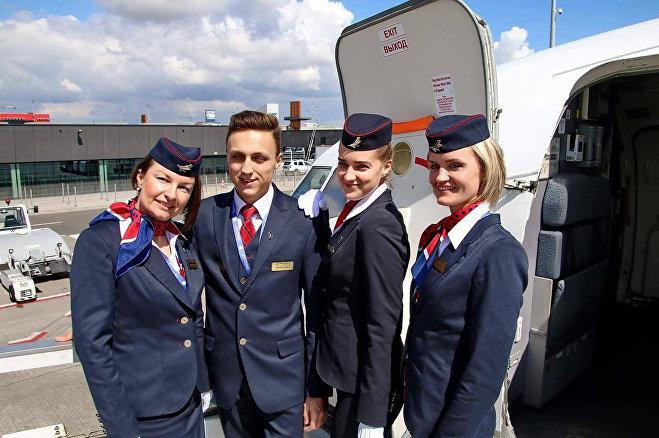 Бортпроводница Ольга Павлюк (справа) с коллегами